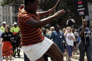 Южноафриканские женщины вышли протестовать в мини-юбках