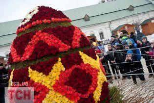 У Лаврі встановили гігантське яйце з 7500 живих троянд