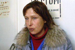 Мать Оксаны Макар выпивает и водит в палату своих поклонников