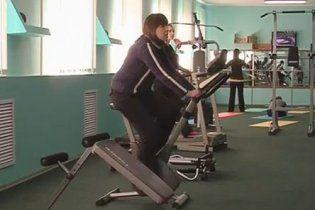 Тимошенко в больнице поднимает штангу и таскает гири