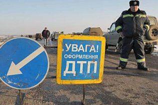 Страшное ДТП в Киеве: джип врезался в маршрутку на остановке
