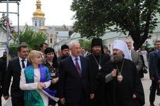 Настоятель Лавры прервал службу для агитации за Азарова