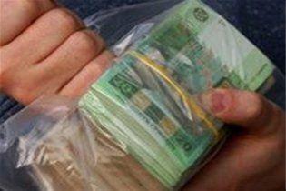 Налякані стрибком долара українці масово забирають з банків депозити