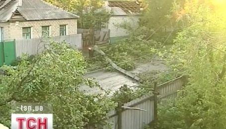 На Луганщині буревій за 10 хвилин буревій знеструмив тисячі осель