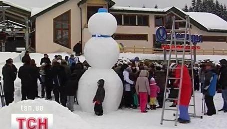 """Самого большого снеговика Украины слепили на горнолыжном курорте """"Буковель"""""""