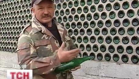 Мужчина построил дом из обычных бутылок