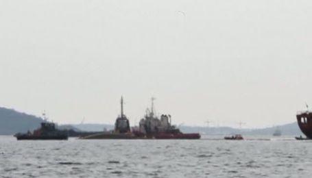 В греческом порту танкер напоролся на обломки другого корабля и затонул