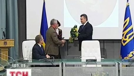 Янукович поздравил лауреатов Шевченковской премии и вручил им их награды