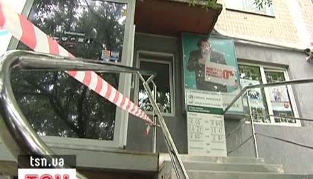 У Києві затримали чоловіка, який намагався пограбувати банк і напав на охоронця