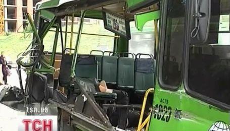 В Харькове пассажирский автобус въехал в припаркованную автовышку