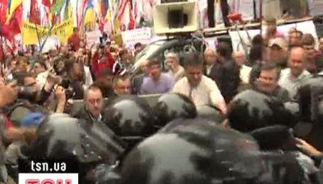 """Бійці """"Беркуту"""" застосували до громадських діячів сльозогінний газ"""