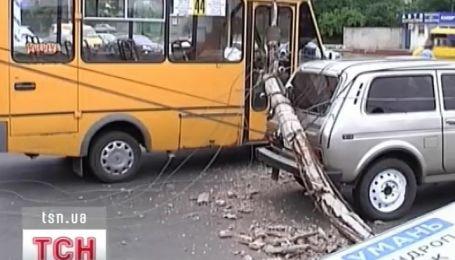 На Кировоградщине электроопора упала на маршрутку с людьми