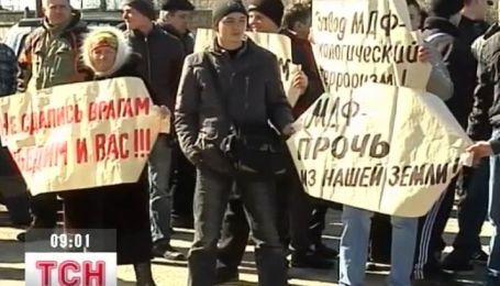 На Житомирщине люди требуют закрыть завод