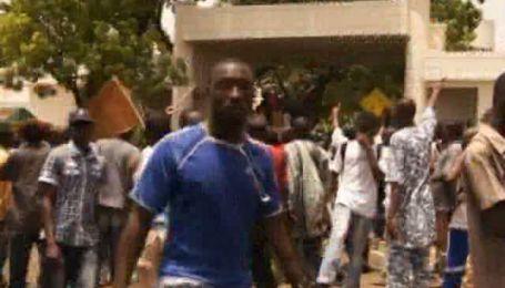 В Малі демонстранти увірвалися до резиденції в.о. президента і побили його