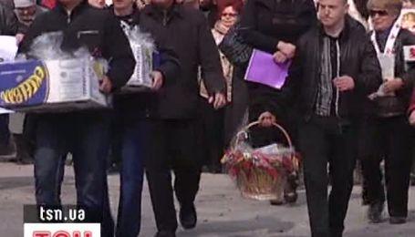 Оппозиция принесла в колонию Тимошенко полтысячи куличей