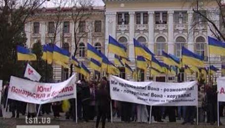 Сотни людей митингуют в Харькове, где начался новый суд над Тимошенко