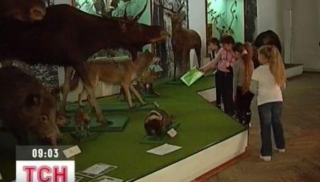 В Донецком краеведческом музее детям разрешили прикасаться к экспонатам