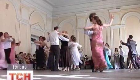 uchit-devushku-video-tantsi-v-prozrachnih-odezhdah-mamok-gruppovom