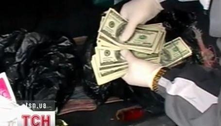 На взятке в полмиллиона гривен поймали сразу двух чиновников на Днепропетровщине