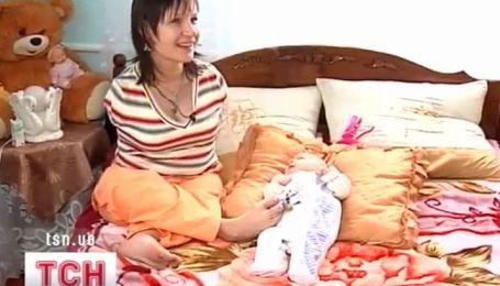 Тридцатилетняя женщина с материнскими обязанностями справляется... без рук