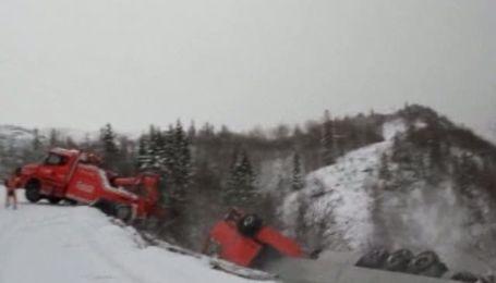 Во время буксировки фура сорвалась в 60-метровую пропасть и утащила за собой тягач