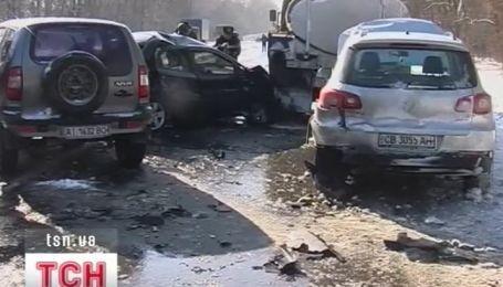 На трассе Киев-Чернигов одновременно столкнулось 16 автомобилей