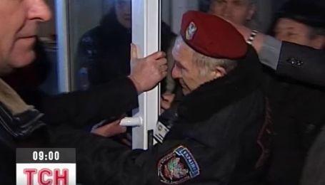 40 шахтеров-инвалидов на ночь глядя пришли штурмовать Тигипко