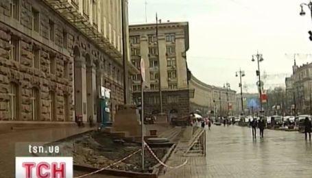 Здание Киевской администрации потеряло девятиметровые голубые ели