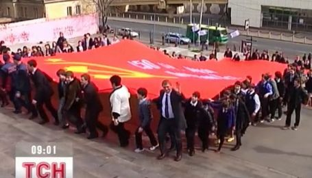 В Одессе по Потемкинской лестнице пронесли самую большую копию знамени победы