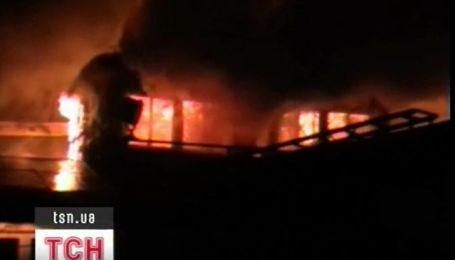 В Запорожье сгорел речной теплоход