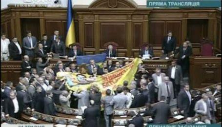 Оппозиция с иконой и знаменем заблокировала Раду
