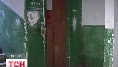 В Запорожье мать с месячным младенцем чуть не погибли в шахте лифта