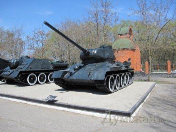 В Одесі пофарбували танки в чорне