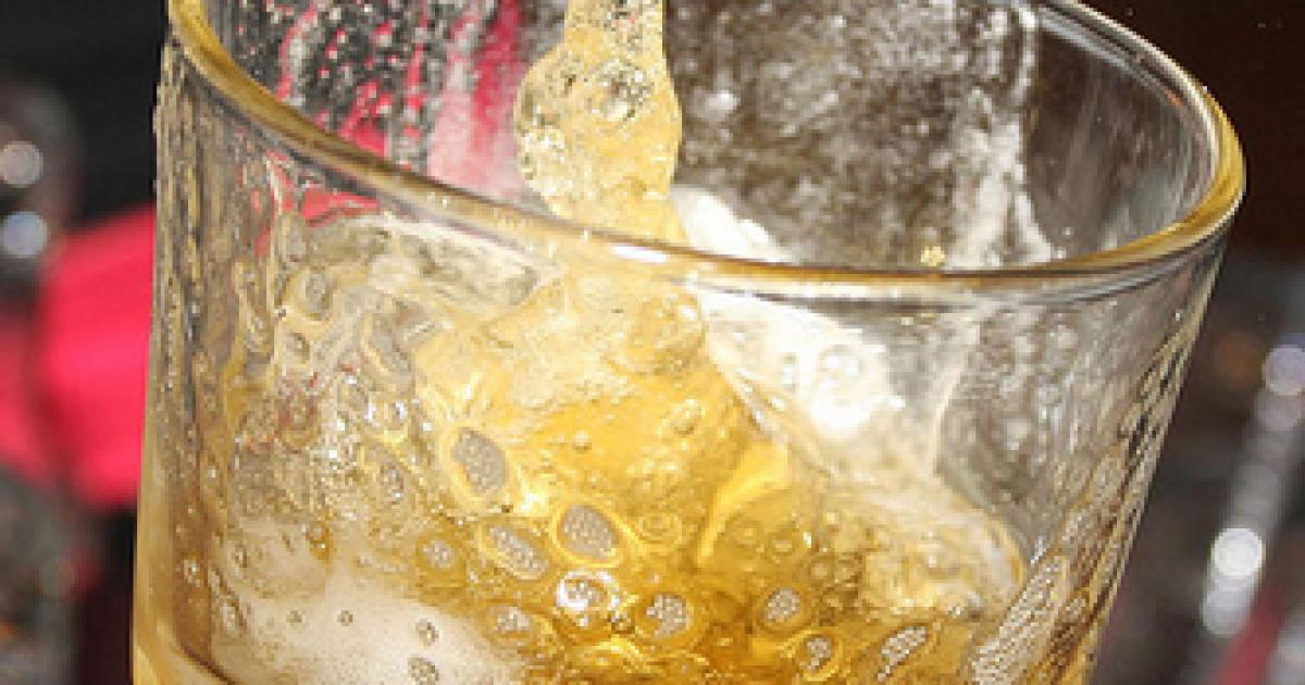 """Агрессивные туристы """"под мухой"""" с кулаками и бранью набросились на бармена в Таиланде"""
