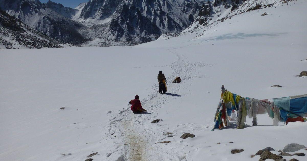 Простирание паломниц после перевала. Высота 5.400