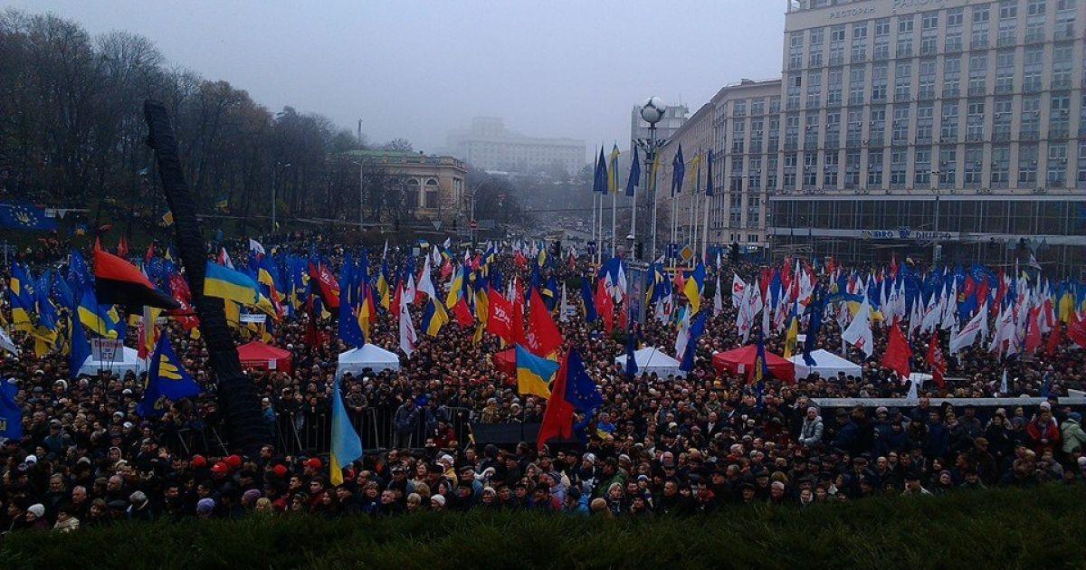 На Евромайдане по разным оценкам от 50 тысяч до 100 тысяч человек @ mariza.com