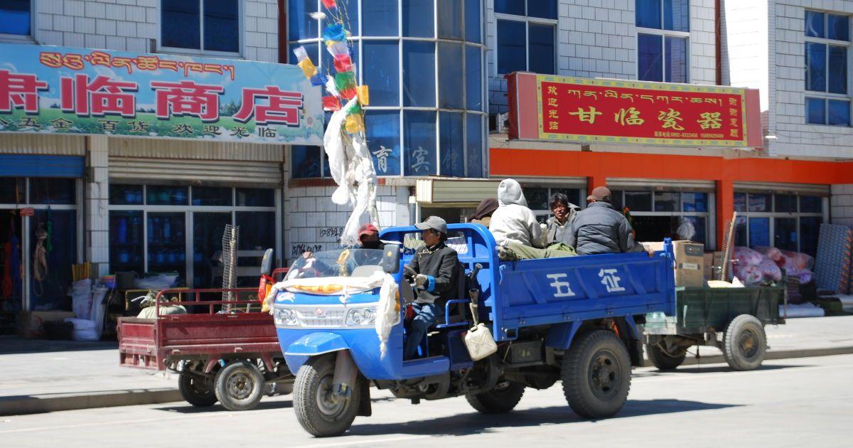 Фермерский трактор стал автобусом с открытым верхом