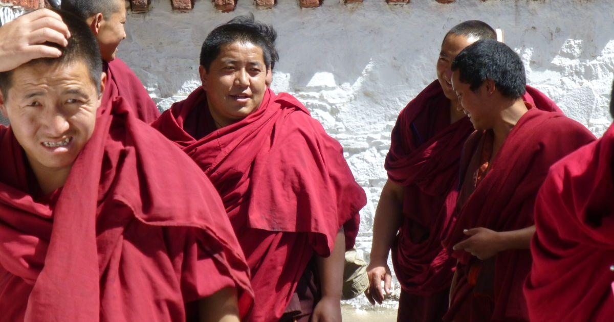 Монахи Шигадзе идут на вечернюю молитву