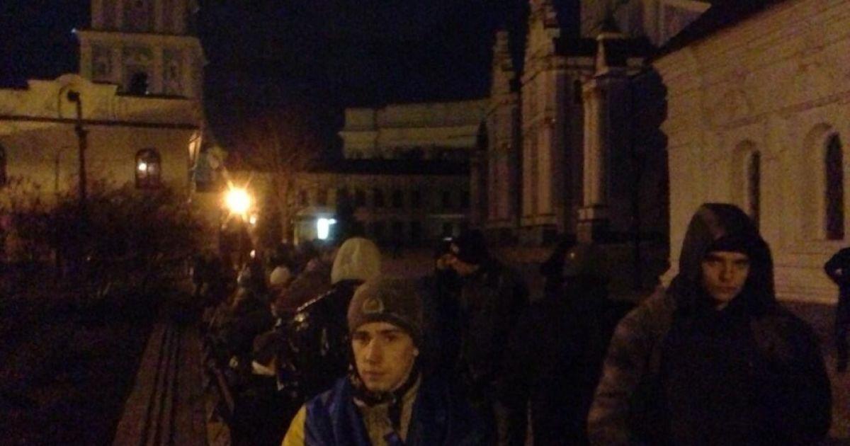 Раненые студенты прячутся вблизи Михайловской церкви