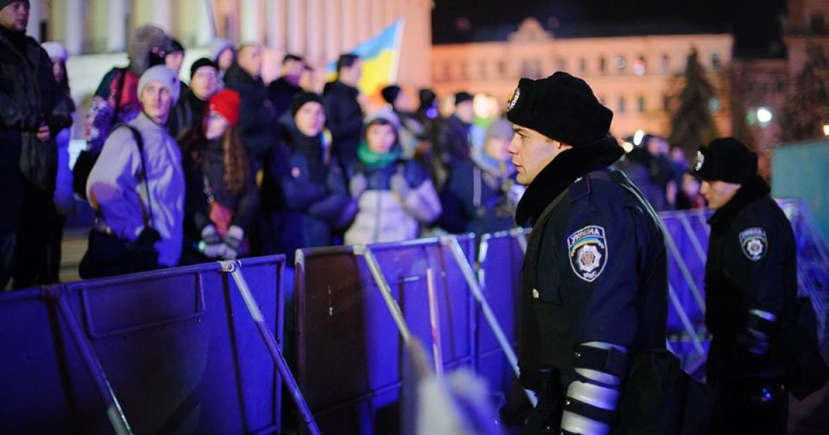 Последние минуты перед разгоном (Фото acebook.com/alexandr.piliugun) @ amvrosievka.dn.ua