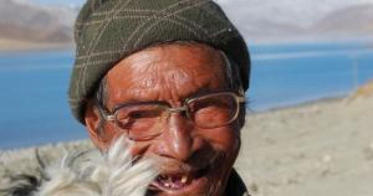 Местный житель со своей живностью на перевале