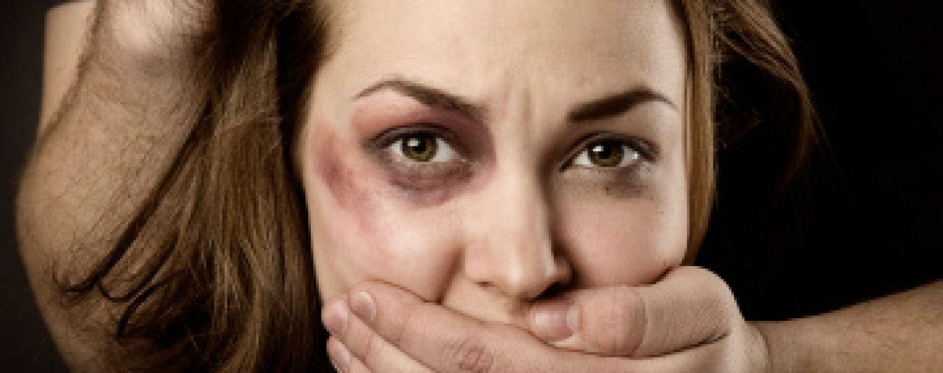 В Харькове мужчина канцелярским ножом порезал шею 16-летней школьнице