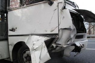 У Києві легковик влетів у пасажирський автобус: є постраждалі