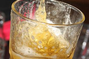 """Агресивні туристи """"під мухою"""" із кулаками та лайкою накинулися на бармена у Таїланді"""