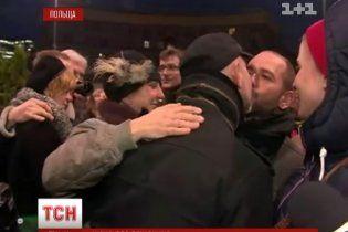 Поляки выступили против гомофобии, целуя друг друга на площади
