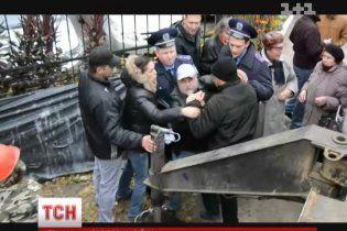 Драка с застройщиком в Киеве: женщина в больнице, а забор уцелел
