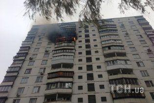 На Солом'янській площі горить 16-поверхівка: вогонь не можуть приборкати (фото)