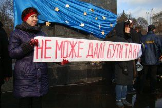 На Євромайдані у Харкові порвали прапор Партії регіонів
