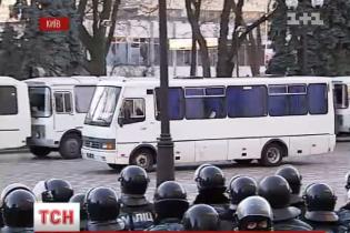 """У Василькові активісти заблокували автобуси із """"Беркутом"""", які збираються на Київ"""