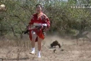 Японка с куском мяса устроила опасные гонки с гигантской ящерицей